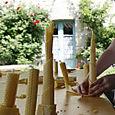 Atelier de fabrication de bougies par des enfants d'école primaire.