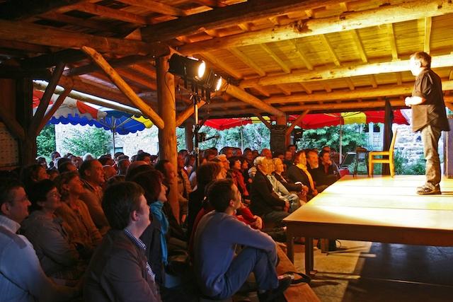 Le 03 juillet 08, Didier Porte, courageusement, face à son public d'abeilles