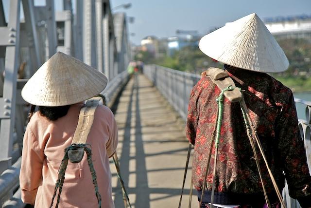 Passage de la rivière des parfums, à Hué  00204