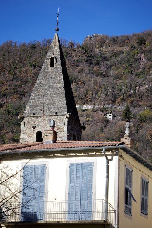 A droite du clocher de St-Sauveur sur Tinée...