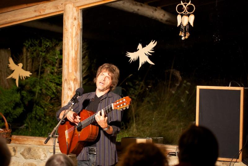 Une voix et une guitare...